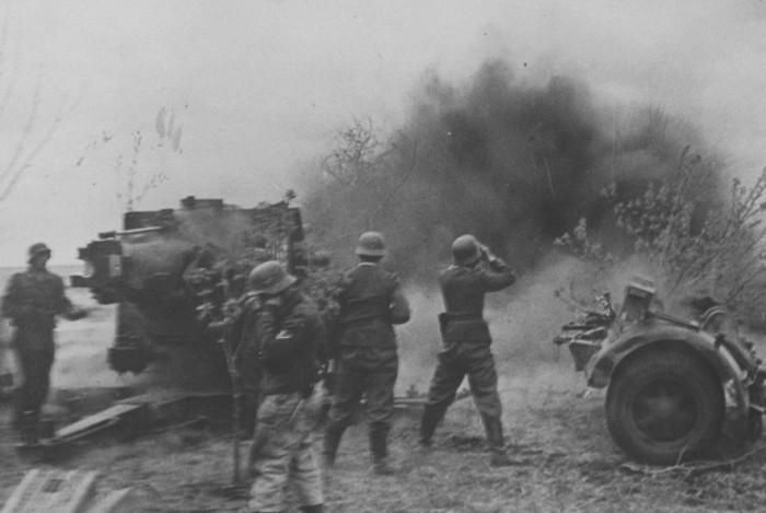 Немцы обстреливают советские войска под Харьковом из Flak 18. /Фото: toparmy.ru