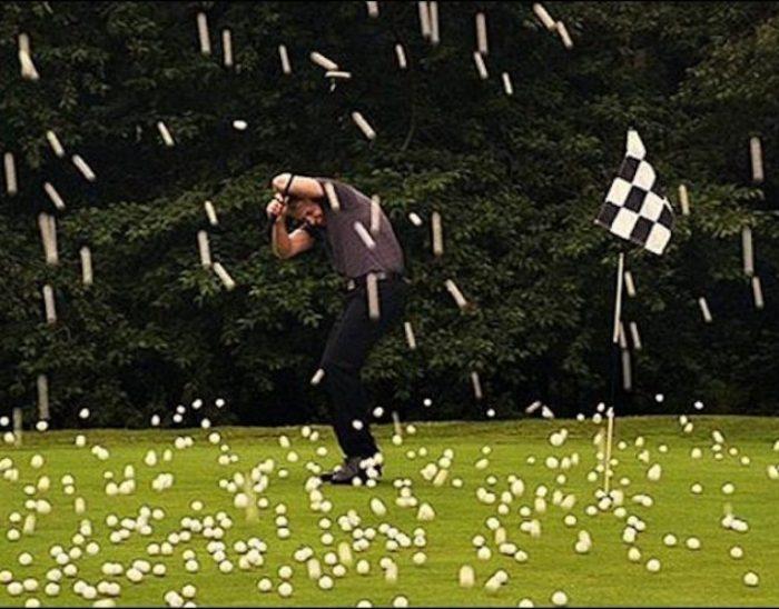 Дождь из мячей для гольфа. /Фото: lifter.com.ua