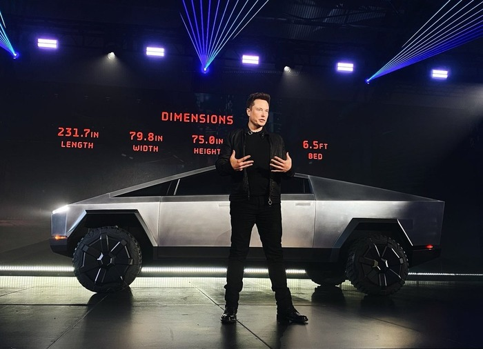 Илон Маск на презентации Tesla Cybertrack. /Фото: mixnews.lv