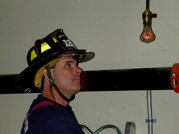 Лампочка освещает путь пожарным с 1901 года. /Фото: decoracioneiluminacion.com