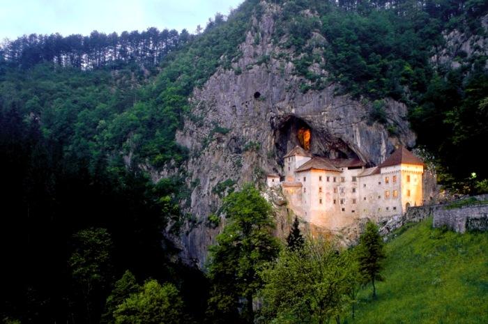 Словенский замок, который не до конца вышел из скалы. /Фото: orangesmile.com