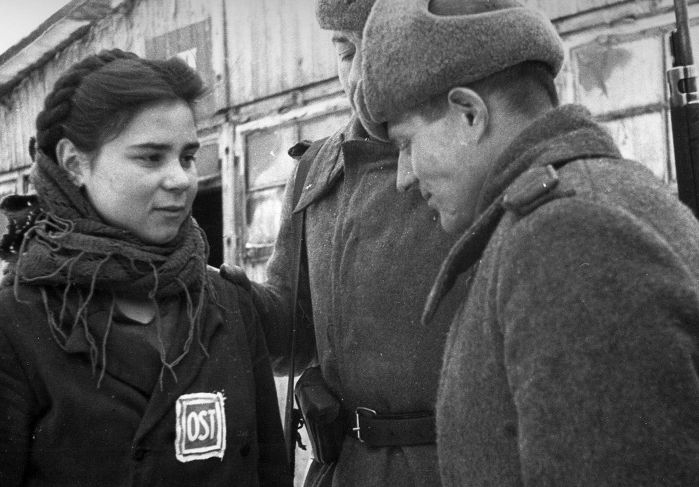 Девушка-остарбайтер со значком OST. /Фото: russian7.ru