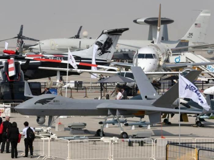 Салон Dubai Air Show ежегодно радует выставками новинок в авиации. /Фото: lenta.ru