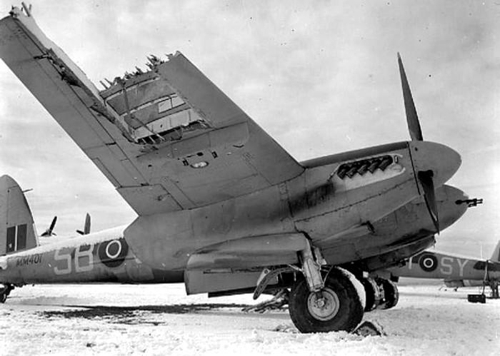 Деревянный бомбардировщик с подбитым крылом. /Фото: maxpara.com