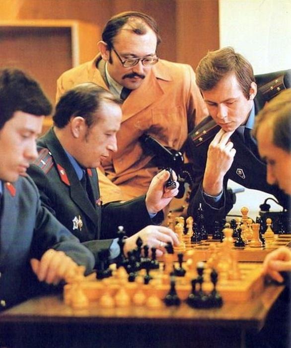 В шахматы играли буквально везде. /Фото: livejournal.com