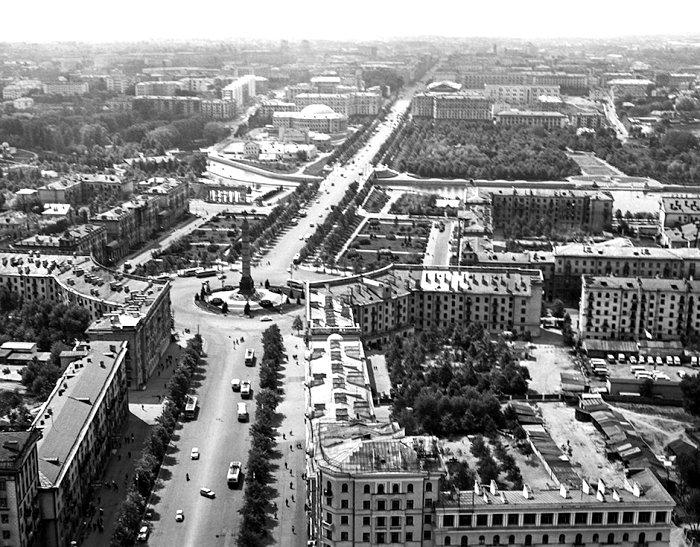Ленинский проспект и площадь Свободы, конец 1960-х годов. /Фото: dom.mail.ru
