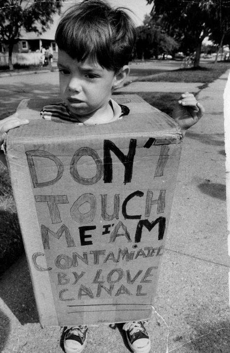 «Не прикасайтесь ко мне. Я загрязнен Лав-Каналом». /Фото: factroom.ru
