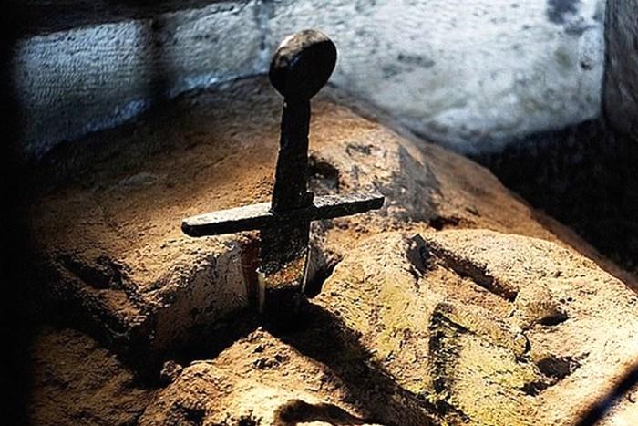 У легендарного меча в камне, оказывается, есть исторический прототип. /Фото: thevintagenews.com