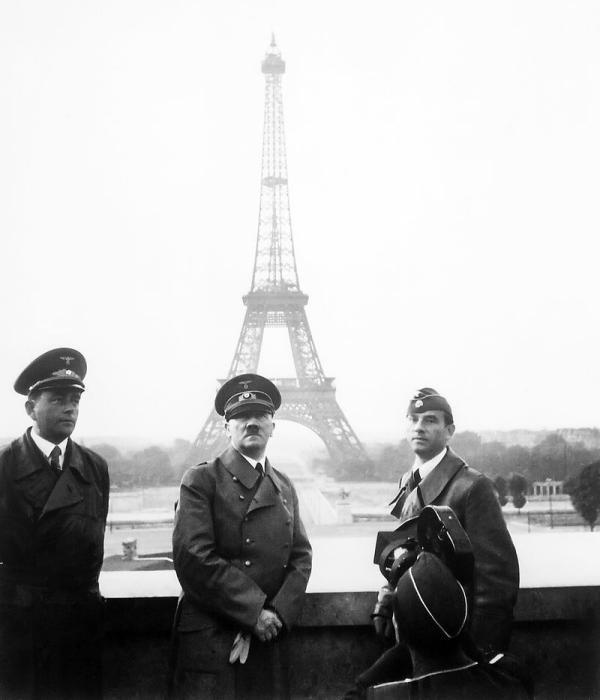 Шпеер и Гитлер в Париже. 1940 год. /Фото: popmech.ru