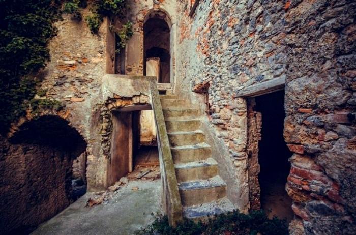 Возможно однажды по этой лестнице еще пройдут местные жители. /Фото: kudatotam.ru