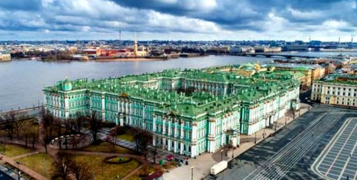 Зимний дворец с высоты птичьего полета. /Фото: pilothub.ru