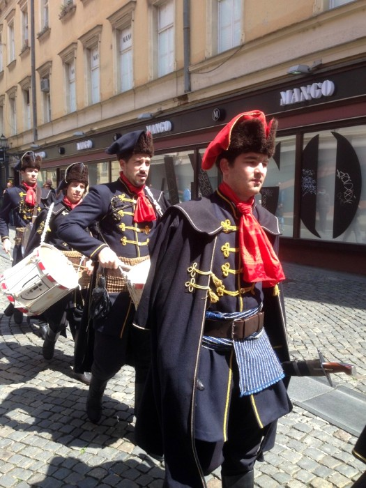 Парадные мундиры хорватских полков и сегодня не обходится без прародителя галстука. /Фото: livejournal.com
