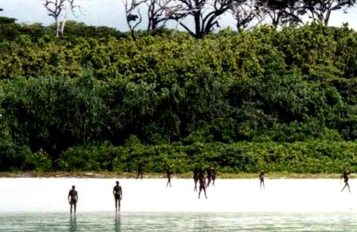 Враждебность племени не позволяет пробраться на остров и установить контакт. /Фото: yaplakal.com