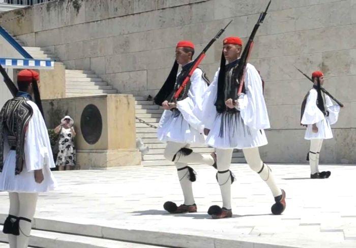 Смена почетного караула в Афинах. /Фото: pinterest.com