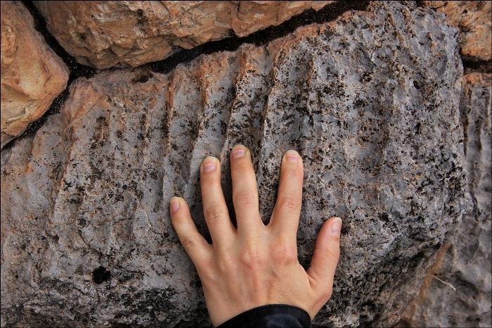 Каким образом удалось оставить такие следы в камнях - пока неизвестно. /Фото: laiforum.ru