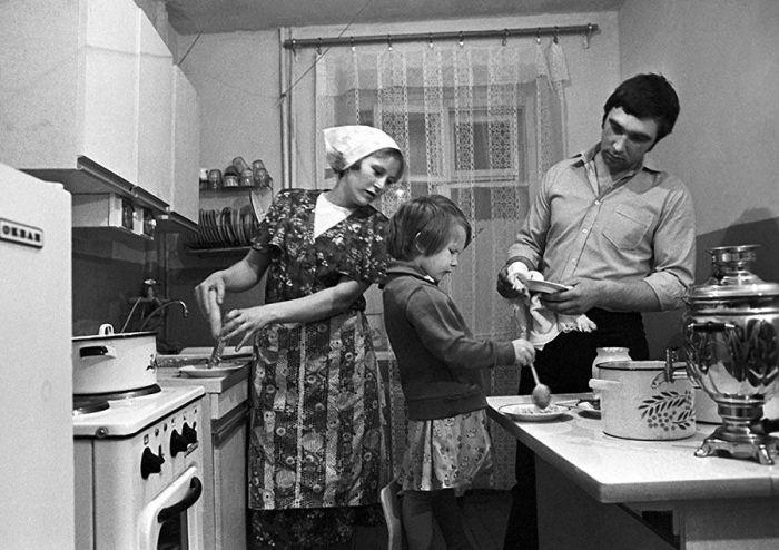 Готовить дома - повсеместная практика в советский период. /Фото: livejournal.com
