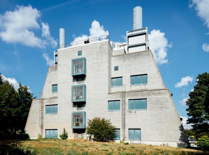 Не со всех ракурсов это здание выглядит необычно. /Фото: baunetz.de