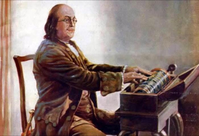 Бенджамин Франклин играет на стеклянной гармонике. /Фото: nadiadandachi.com