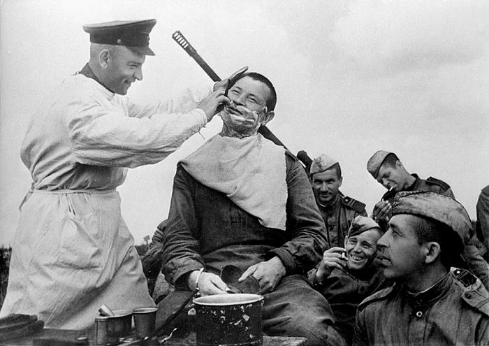 Фронтовой парикмахер за работой. /Фото: polkrf.ru