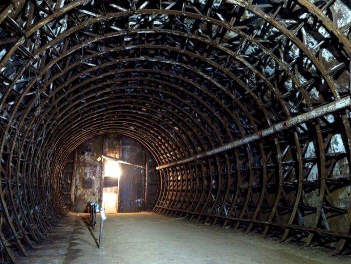Бывший секретный бункер сегодня наполовину публичный, наполовину заброшенный. /Фото: back-in-ussr.com