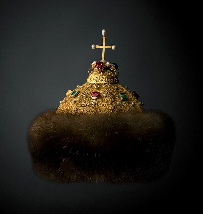 Трудно найти более знаменитую регалию древних московских царей. / Фото из альбома «Государственные регалии московского царства», Музеи Московского Кремля.