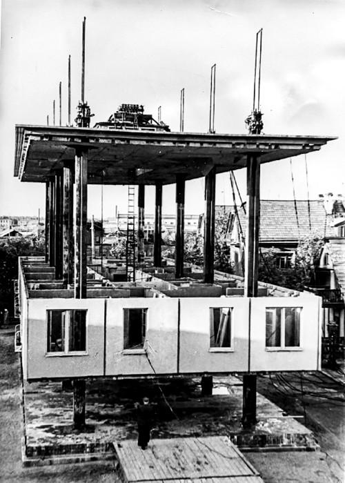 Процесс поднятия четвертого этажа под уже установленную крышу. /Фото: rbth.com