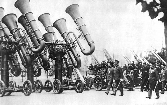 Военные тубы на смотре командованием Японии. /Фото: auction.violity.com
