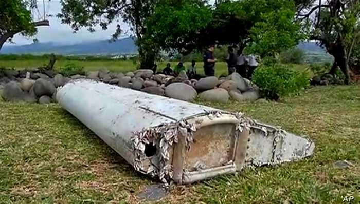 Из всего огромного лайнера найти смогли только несколько обломков. /Фото: voanews.com