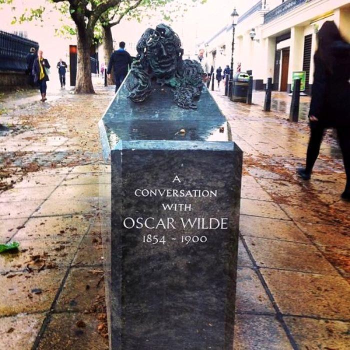 Жутковатая скульптура для диалога с давно покойным поэтом. /Фото: pinterest.com