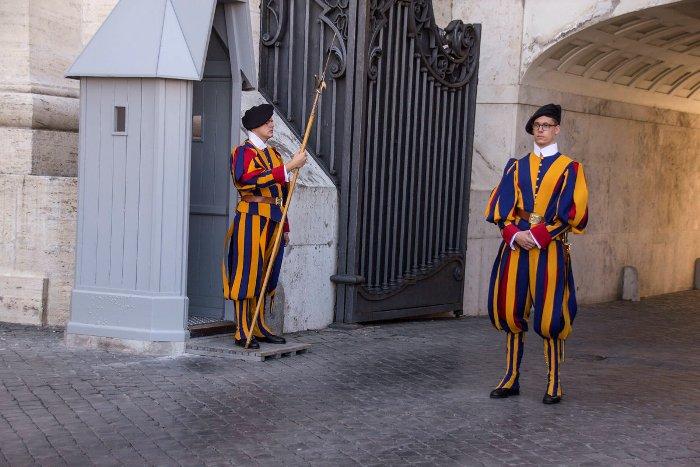 Парадная форма гвардейцев в Ватикане отличается довольно пестрым дизайном. /Фото: fotokto.ru