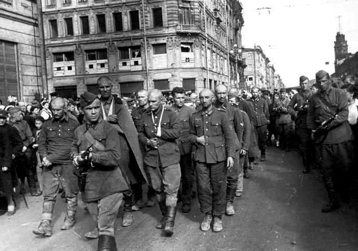 Пленные немцы на улицах Ленинграда, 1942 год. /Фото: pobeda1945-art.ru