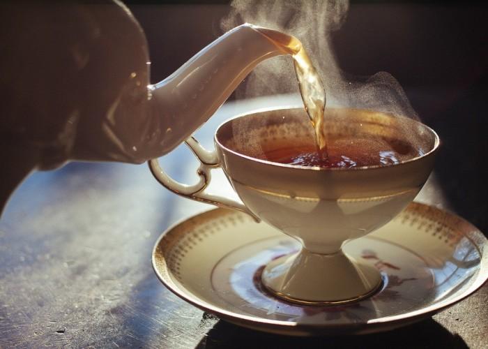 Чтобы не обжечься чаем - лучше использовать ложку. /Фото: newsler.ru