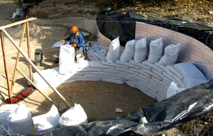 Вариант укрепления стен мешками с грунтом. /Фото: wp.com