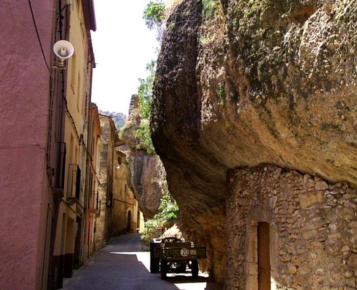 Одна из улиц уникальной испанской деревушки. /Фото: elpuntavui.cat