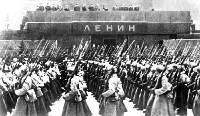 Демаскированный Мавзолей Ленина на параде 7 ноября 1941 года. /Фото: histrf.ru