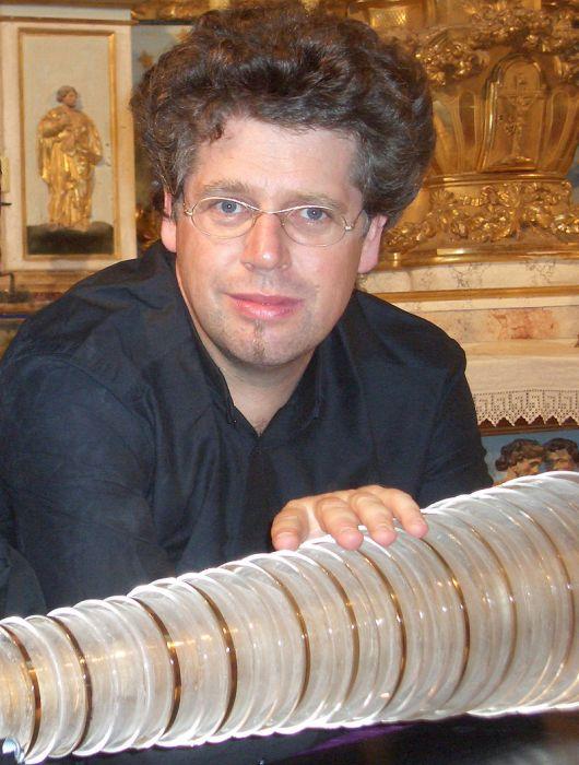 Томас Блох - один из современных музыкантов, играющих на стеклянной гармонике. /Фото: wikipedia.org
