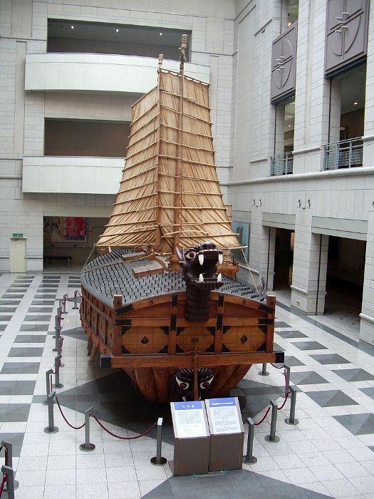 Реконструкция кобуксона в экспозиции музея в Сеуле. /Фото: wikipedia.org