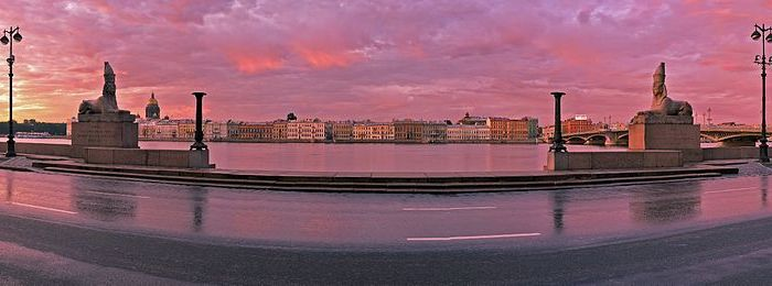 Панорама набережной со сфинксами. /Фото: wikipedia.org