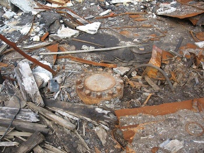 Металлическая заглушка на устье скважины, 2012 год. /Фото: wikipedia.org