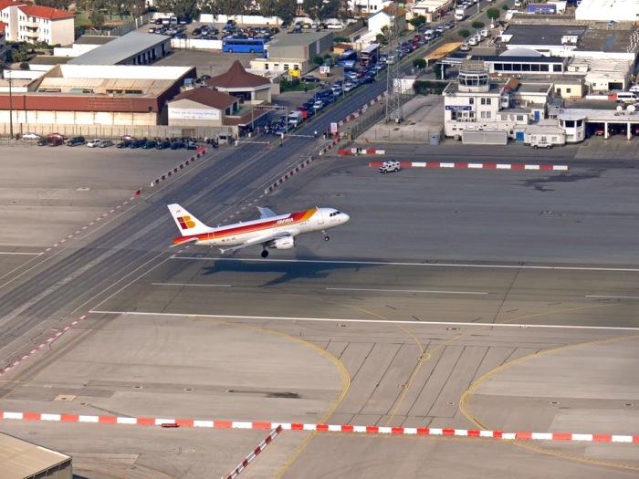 Машины и самолеты делят один участок дороги. /Фото: drive2.ru