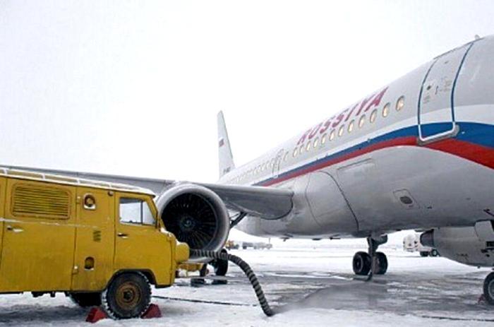 «Буханка» с авиадвигателем осуществляет дозаправку самолета. /Фото: obozrevatel.com
