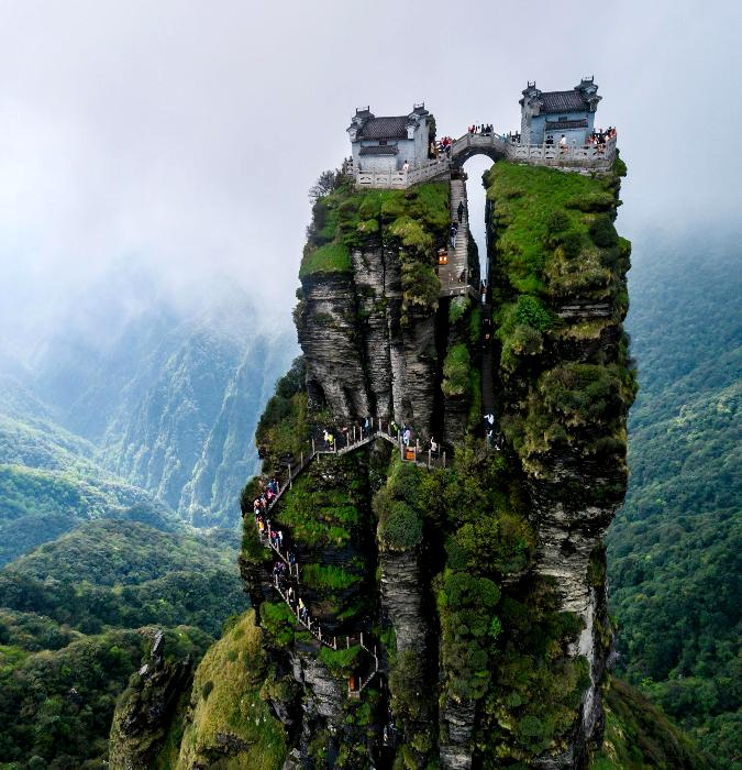 Вереницы туристов можно увидеть издалека. /Фото: dailyactive.info