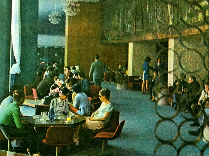 Не так-то беспрепятственно было попасть в ресторан в СССР. /Фото: back-in-ussr.com