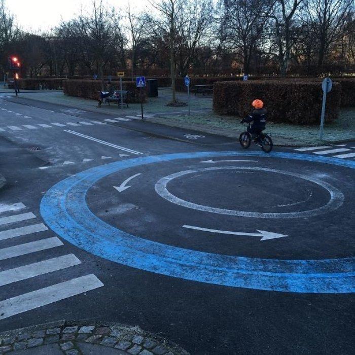 Детская площадка для будущих водителей. /Фото: fishki.net