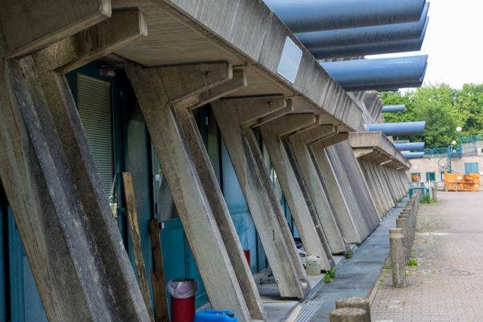 Оставленное здание медленно начинает приходить в негодность. /Фото: abandonedberlin.com