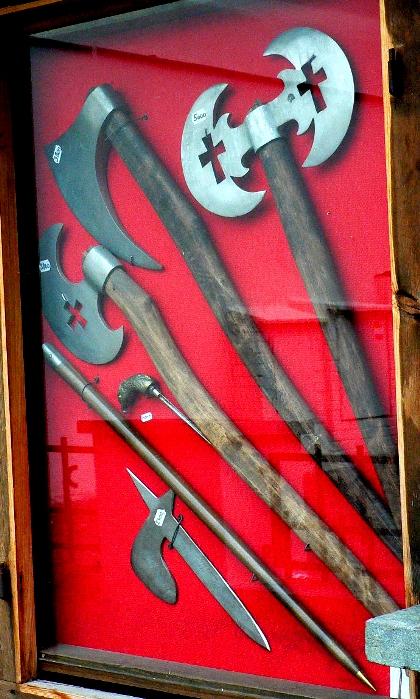Хёрбат в музейной экспозиции среди других боевых секир. /Фото: wikiрedia.org