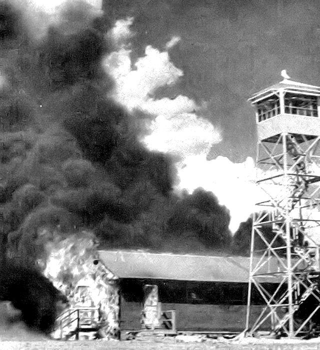 Пожар, оставленный мышиными бомбами после испытаний на авиабазе Карлсбадского военного аэродрома, май 1943 года.  /Фото: wikiрedia.org