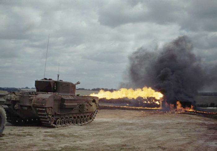 Американский танк Черчилль-Крокодил во время стрельбы. /Фото: wikipedia.org