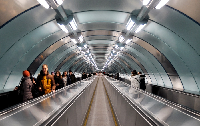 Сегодня траволаторы используют как эскалаторы без ступенек. /Фото: livejournal.com