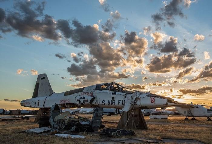 Оказывается, далеко не все машины на авиабазе находятся в столь удручающем состоянии. /Фото: cezarium.com